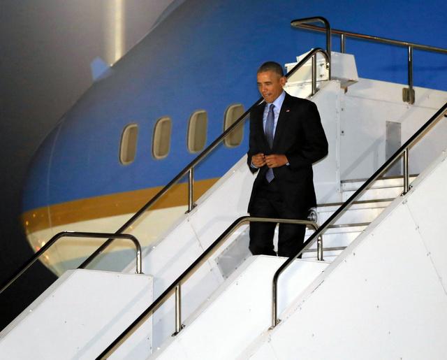 中部空港に到着しタラップを降りるオバマ米大統領=25日午後7時54分、愛知県常滑市、代表撮影