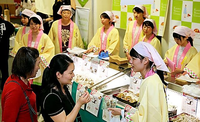 食品販売をする学生ら=26日午前、東京都渋谷区の新宿高島屋、川村直子撮影