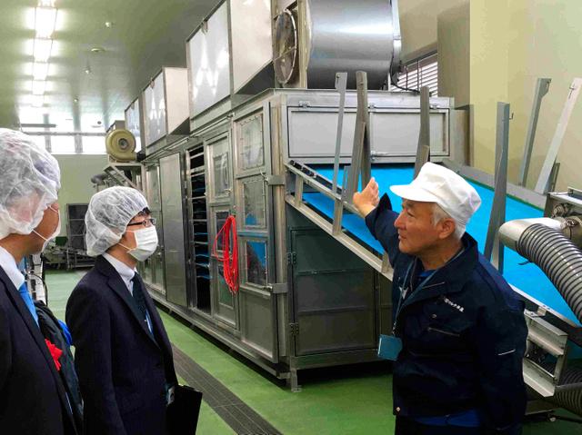シラス用の大型乾燥機を説明するマルタ水産の相沢信幸社長=名取市閖上