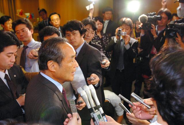 郵政民営化法の成立を受け、記者団の質問に答える=2005年10月14日、東京・霞が関