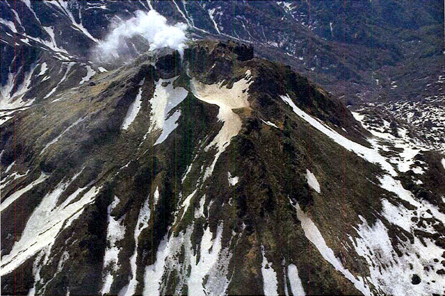 新潟焼山=20日、北西側から撮影、県防災局提供