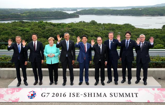 伊勢志摩サミットの記念撮影に臨む(左から)トゥスクEU首脳会議常任議長、イタリアのレンツィ首相、ドイツのメルケル首相、米国のオバマ大統領、安倍晋三首相、フランスのオランド大統領、英国のキャメロン首相、カナダのトルドー首相、ユンケル欧州委員長。後方は英虞(あご)湾=26日午後4時、三重県志摩市の志摩観光ホテル、飯塚晋一撮影