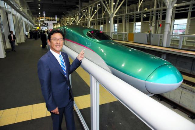 乗車するはやぶさ38号の前に立つ日本ハムの栗山英樹監督=新函館北斗駅、代表撮影