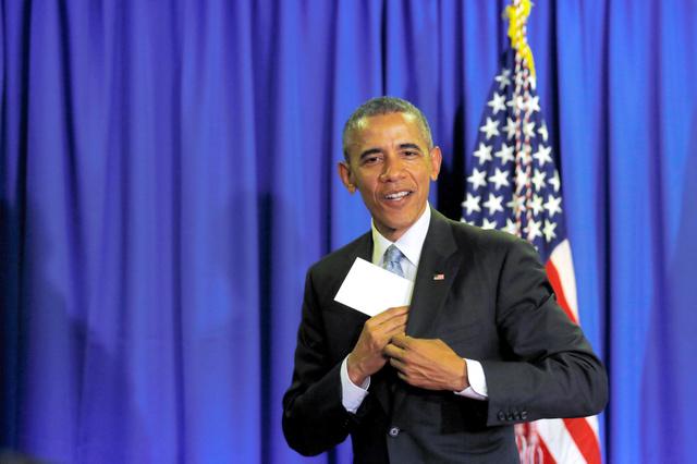 三重県志摩市で26日、主要7カ国(G7)首脳会議(伊勢志摩サミット)の記者会見場を後にするオバマ米大統領=ロイター