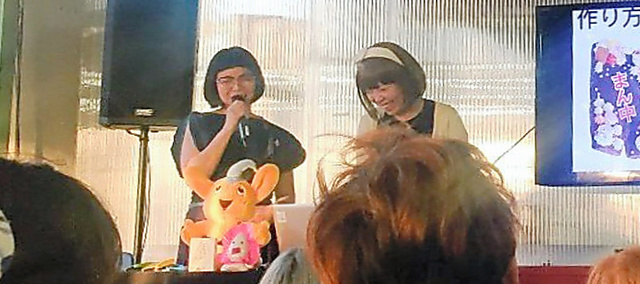 女性ITアーティストを支援する団体のイベントで話すろくでなし子さん(右)=米ニューヨーク、本人提供