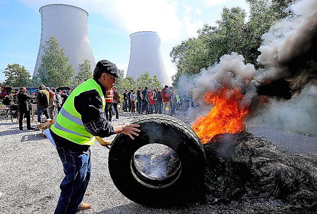 26日、ノジャン・シュル・セーヌ原発への道路を封鎖する労働者たち=AFP時事