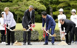 伊勢神宮で植樹をする(左から)メルケル独首相、オバマ米大統領、安倍晋三首相、オランド仏大統領=26日午前11時21分、三重県伊勢市、代表撮影