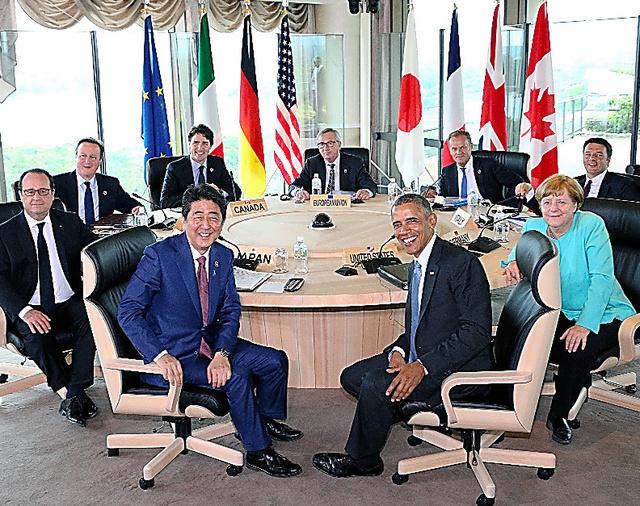 G7サミット・ワーキングセッションに臨む安倍首相(手前左)、オバマ米大統領(同右)と(左端から時計回りに)オランド仏大統領、キャメロン英首相、トルドー加首相、ユンケル欧州委員長、トゥスクEU首脳会議常任議長、レンツィ伊首相、メルケル独首相=26日午後4時4分、三重県志摩市、代表撮影