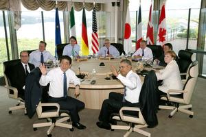 伊勢志摩サミット・ワーキングセッションに臨む(手前左から時計回りに)安倍晋三首相、オランド仏大統領、キャメロン英首相、トルドー加首相、ユンケル欧州委員長、欧州連合(EU)のトゥスク首脳会議常任議長、レンツィ伊首相、メルケル独首相、オバマ米大統領=27日午前9時18分、三重県志摩市、代表撮影
