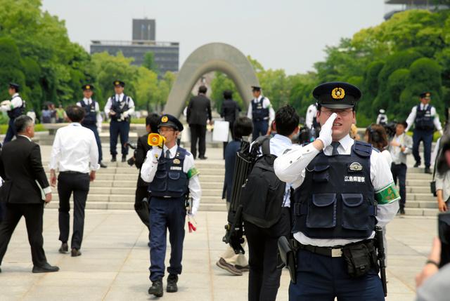 平和記念公園から出るよう呼びかける警察官=27日午前11時56分、広島市中区、金川雄策撮影