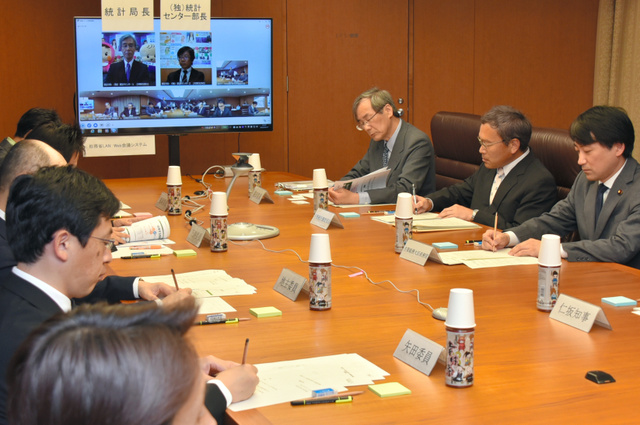 会議は統計局が入る総務省第2庁舎をインターネットで結び、局長も参加した=和歌山市小松原通1丁目