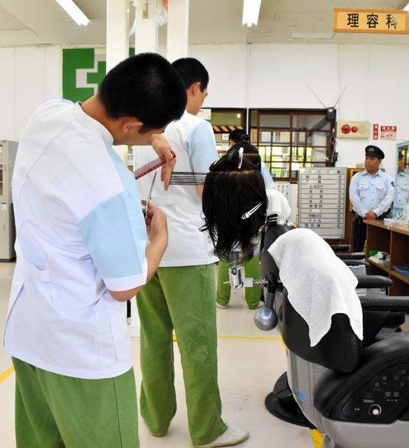 理容師の資格を取るため訓練を受ける受刑者たち=奈良市般若寺町