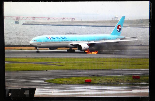 左エンジンから出火した際の大韓航空機=羽田空港、永山生耀さん撮影
