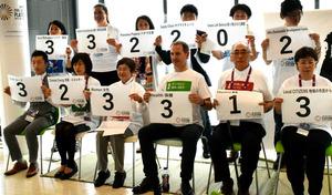 G7首脳宣言の「採点」を発表するNGO関係者ら=三重県伊勢市