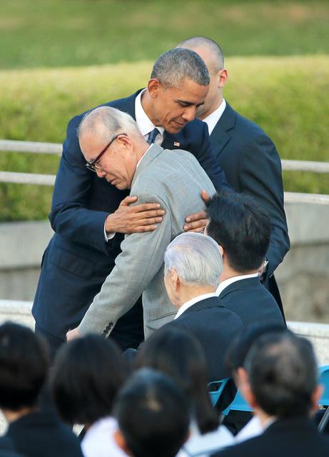 被爆者の森重昭さんを抱き寄せるオバマ米大統領=27日午後6時8分、広島市中区、高橋雄大撮影