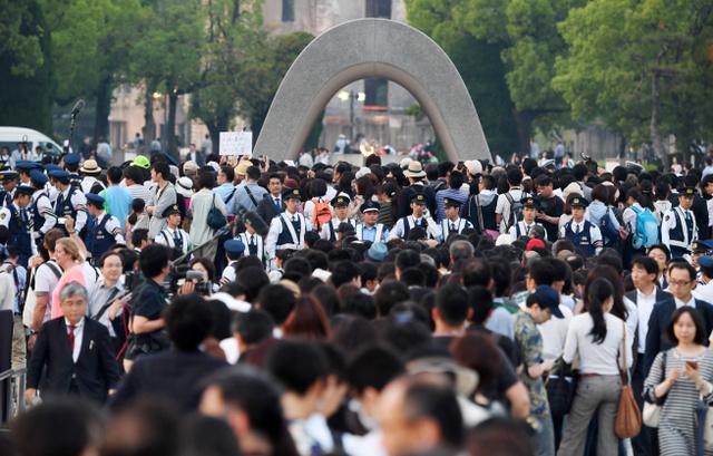 平和記念公園の規制が解除され、オバマ大統領が手向けた花を見ようと並ぶ人たち=27日午後、広島市中区、遠藤真梨撮影