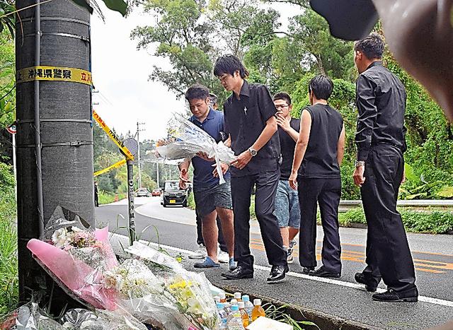 沖縄県うるま市の女性会社員(20)が遺体で見つかった事件で、女性の告別式が21日、同県名護市で執り行われた。被害女性が遺棄された現場近くには、多くの人が献花に訪れた=沖縄県恩納村、吉田拓史撮影
