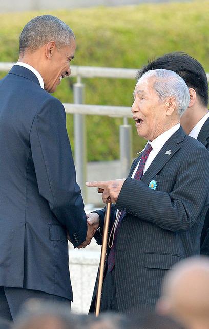 坪井直さん(右)と握手するオバマ米大統領=27日午後6時7分、広島市中区の平和記念公園、日吉健吾撮影
