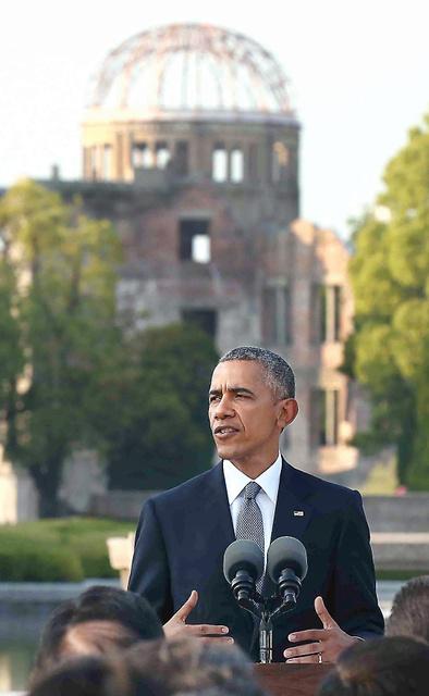 現職米大統領として初めて広島を訪れ、演説するオバマ大統領=27日午後5時49分、広島市中区の平和記念公園、代表撮影