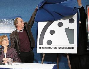 1月26日、米誌「ブレティン・オブ・ジ・アトミック・サイエンティスツ」のメンバーらが、核戦争などによる世界の終わりまでの時間を示す「終末時計」は「あと3分」のままだと発表した。昨年、「5分前」から「3分前」に進められていた=AP
