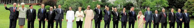 伊勢志摩サミットの拡大会合参加国の首脳ら。(左から)グリア経済協力開発機構(OECD)事務総長、ラガルド国際通貨基金(IMF)専務理事、ラオスのトンルン首相、欧州連合(EU)のトゥスク首脳会議常任議長、パプアニューギニアのオニール首相、イタリアのレンツィ首相、スリランカのシリセナ大統領、ドイツのメルケル首相、チャドのデビ大統領、米国のオバマ大統領、安倍晋三首相、フランスのオランド大統領、インドネシアのジョコ大統領、英国のキャメロン首相、バングラデシュのハシナ首相、カナダのトルドー首相、ベトナムのグエン・スアン・フック首相、ユンケル欧州委員長、潘基文・国連事務総長、ジム・ヨン・キム世界銀行総裁、中尾武彦アジア開発銀行(ADB)総裁=27日午前、代表撮影