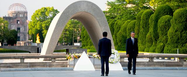 原爆死没者慰霊碑で献花したオバマ米大統領(右)。左は安倍晋三首相=AFP時事