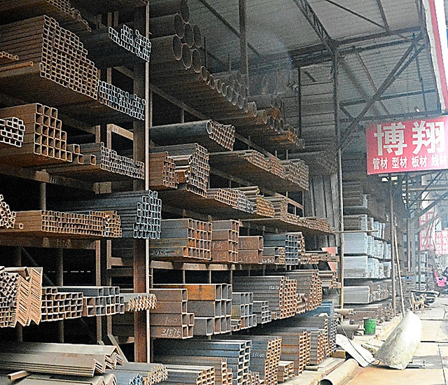 湖北省武漢にある建材用鉄鋼市場。景気が減速し、関係者は「数年前までの活気はない」と語る=昨年12月、武漢市内