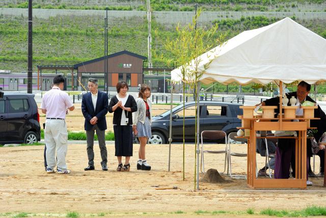 宅地が引き渡され、神事の準備をする被災者ら=宮城県東松島市のJR東名駅前