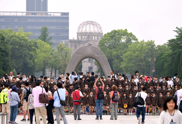 オバマ米大統領の歴史的な訪問から一夜明けた平和記念公園。朝から修学旅行生や外国人観光客らの姿が見られ、いつもの姿を取り戻した=28日午前10時19分、広島市中区、遠藤真梨撮影