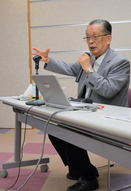被爆直後に東練兵場から見た広島駅方面の様子を語る山本定男さん=28日、三重県伊勢市