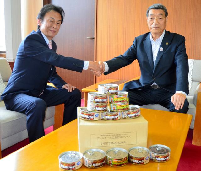 丹波市産シカ肉を使った缶詰を辻重五郎市長(右)に贈った山本春雄社長=市役所