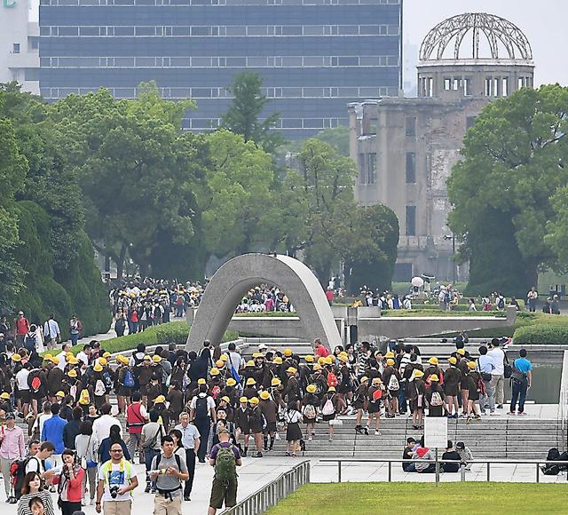 朝から多くの修学旅行生や外国人観光客らが訪れた平和記念公園=28日午前10時21分、広島市中区、遠藤真梨撮影