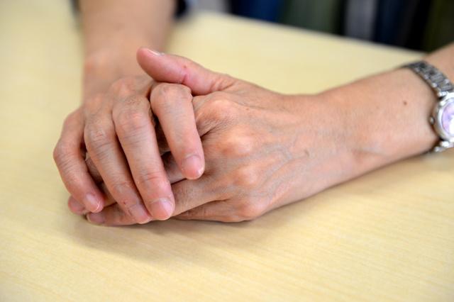 原告女性は手先がしびれる感覚に悩まされている