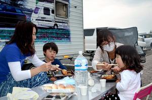 「避難所では子ども迷惑」 車・テント生活目立つ 益城