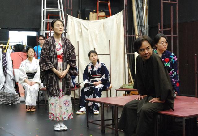 公演を控えた仕上げの稽古。立っている女性は園井恵子役の林田麻里さん=11日、板橋区中台1丁目の劇団「銅鑼」、豊秀一撮影