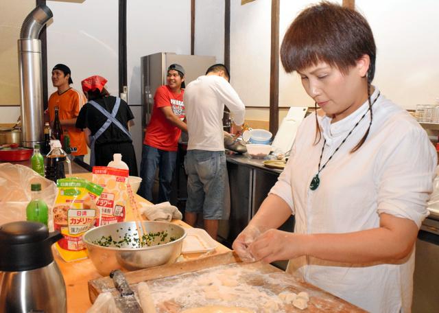 お国料理を試作するアジアからの実習生や受け入れ先の団体職員ら=府中市高木町