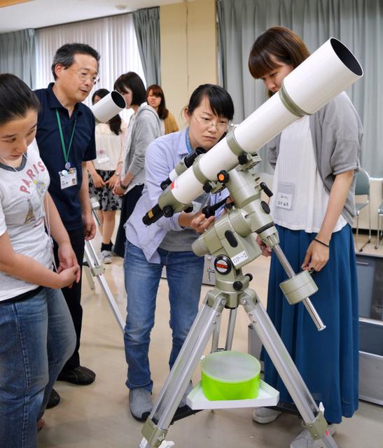 望遠鏡を組み立てる宙女子たち=鳥取市佐治町高山