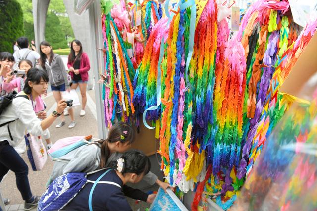 平和記念公園に手向けられた折り鶴=28日、広島市中区、伊藤進之介撮影
