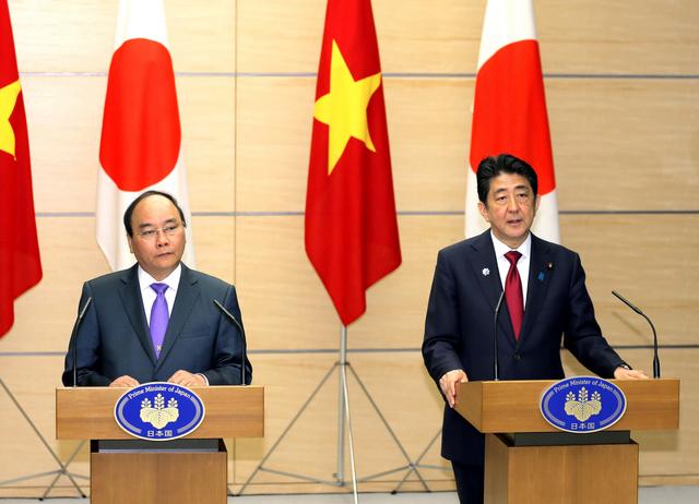 会談後、共同記者会見するベトナムのフック首相(左)と安倍晋三首相=時事