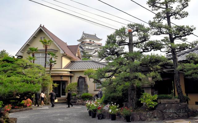 福山城公園内にある福寿会館。洋館と日本建築の本館(右奥)の奥に天守閣、という組み合わせがユニークだ=福山市丸之内1丁目