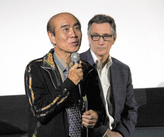 禎子さんの折り鶴をテーマにした映画の上映会後に開かれたトークショーで、平和への願いを訴える佐々木雅弘さん(左)とクリフトン・トルーマン・ダニエルさん=28日、ロサンゼルス、平山亜理撮影