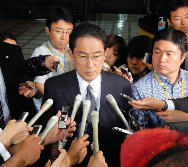 記者団の取材に応じる岸田文雄外相=30日午前10時25分ごろ、外務省