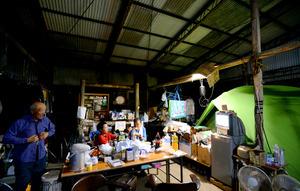 避難所よりも倉庫・ハウスで…「家空けたくない」 熊本