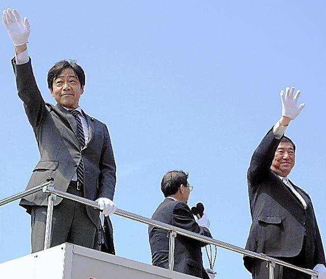 鳥取市で石破茂地方創生相と一緒に街頭演説する青木一彦氏(左)=14日、JR鳥取駅前、松井望美撮影