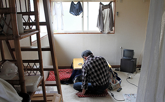 木内容疑者のアパートで暮らす男性。生活保護費を管理され、「なぜこんな生活になるんだとみじめに思った」と話す=17日、相模原市緑区、天野彩撮影