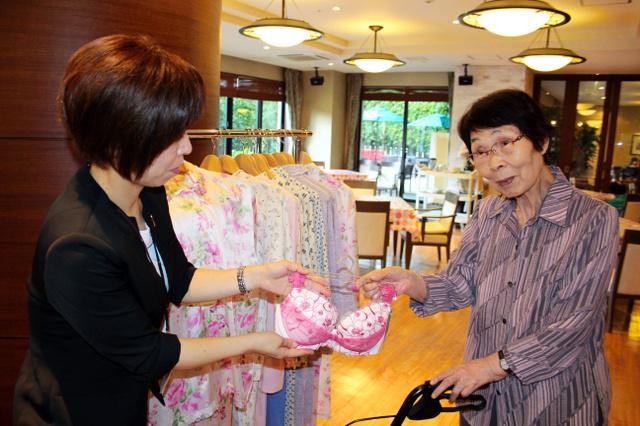 ワコールの出張販売会。好みの下着を探して迷う入居者も=大阪市港区