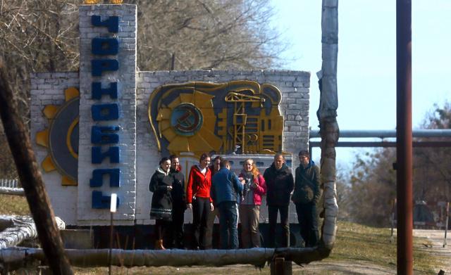 原発近くにあるチェルノブイリ市を観光する人たち=4月3日、ウクライナ、杉本康弘撮影