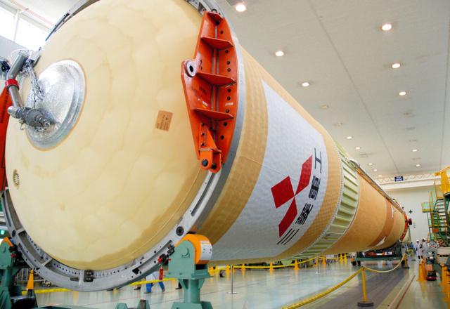 種子島宇宙センターに出荷されるH2Aロケットの1段部分=愛知県飛島村の三菱重工業飛島工場