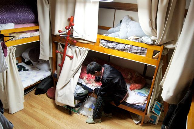 シェルターの2段ベッドの相部屋で暮らす男性(62)。住み込みの仕事を失い、路上生活も経験したという=3月、静岡県富士市の「富士POPOLOハウス」