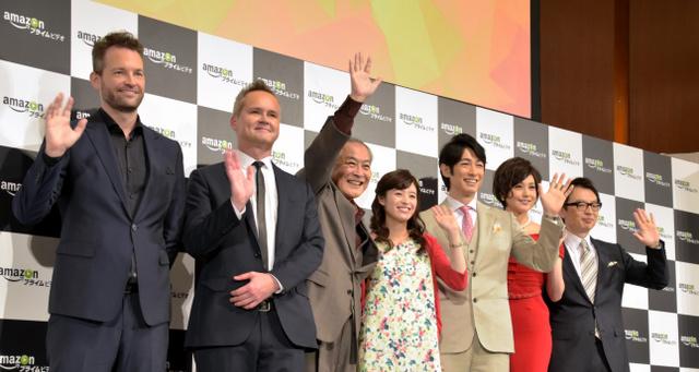 アマゾンの発表会では、日本で独自に制作したドラマ「はぴまり」に主演したディーン・フジオカさん(右から3人目)らが作品をPRした=31日、東京都港区